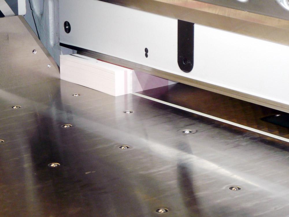 Medientechnologe Druckverarbeitung-  Die Bogen werden beschnitten.