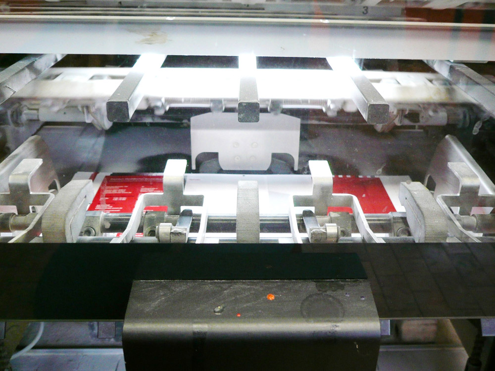 Medientechnologe Druck - Die fertig bedruckten Druckbogen fallen in den Ausleger der Druckmaschine.
