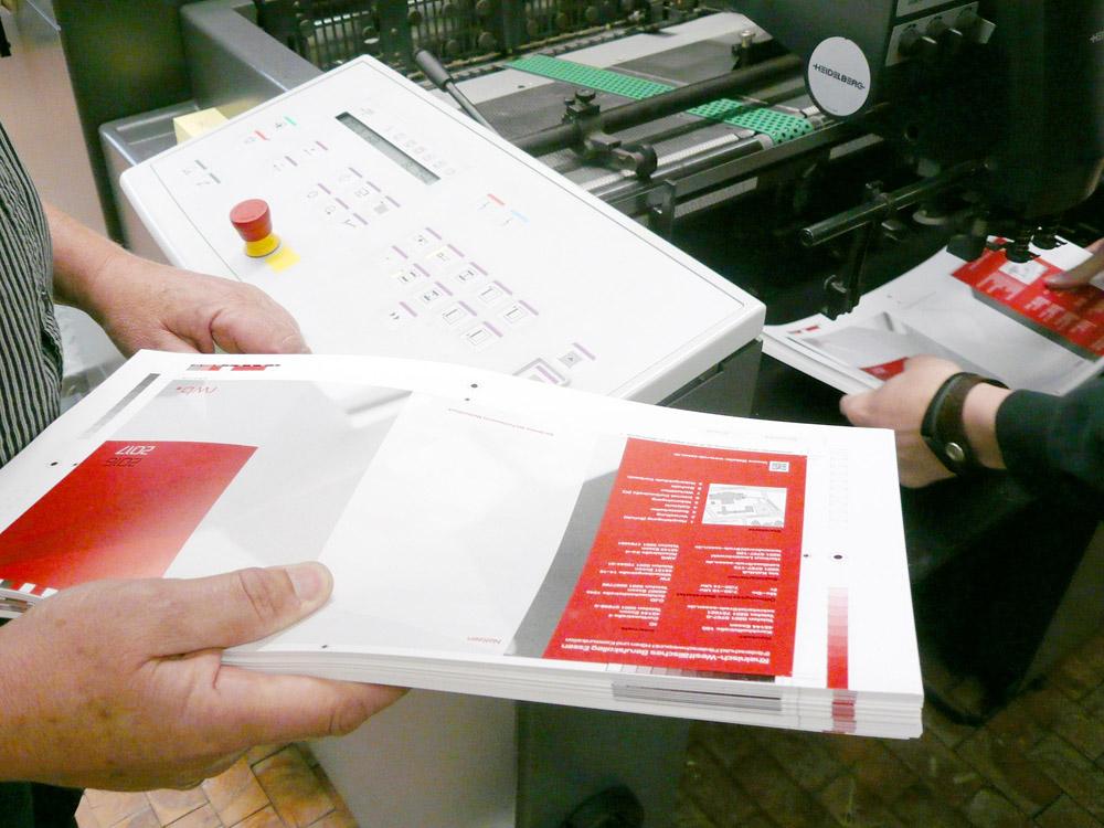 Medientechnologe Druck - Die Druckbogen werden in die Druckmaschine eingelegt.