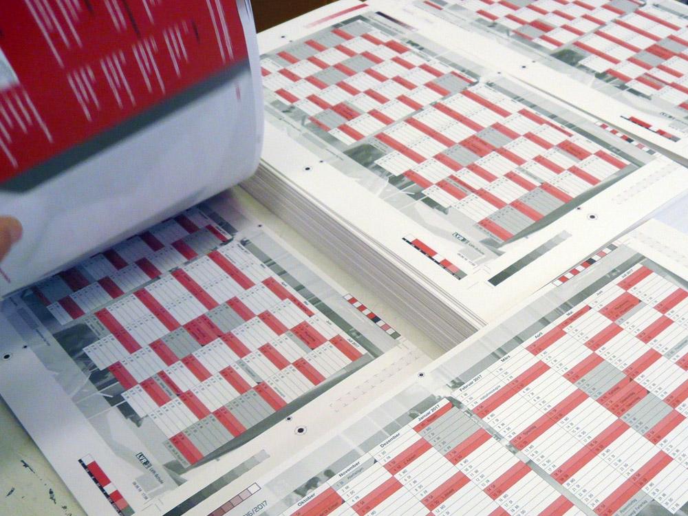 Medientechnologe Druck - Die fertig gedruckten Bogen werden zum Trocknen gestapelt.