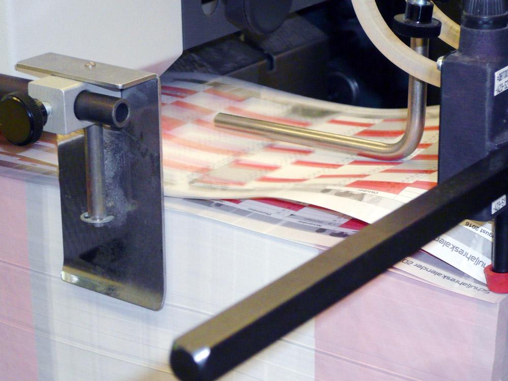 Medientechnologe Druckverarbeitung - Jeder einzelne Falzbogen wird angesaugt und in die Falzmaschine gezogen.