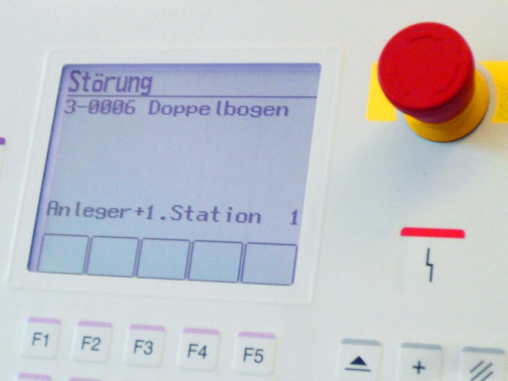 Medientechnologe Druckverarbeitung- Das Display der Falzmaschine zeigt die Fehler an.