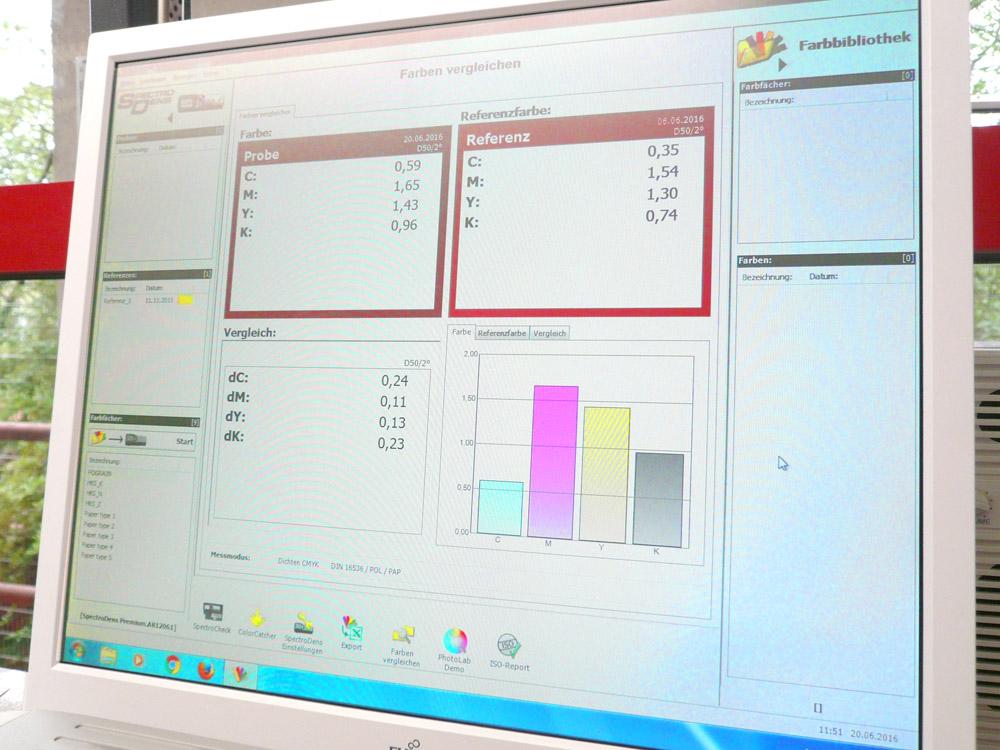 Medientechnologe Druck - Das Display zeigt an, ob die Druckfarben richtig sind.