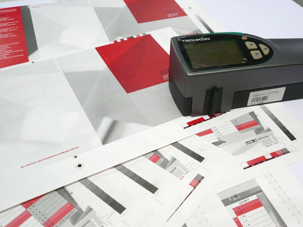 Medientechnologe Druck - Die Druckfarben werden mit dem Spektralfotometer kontrolliert.