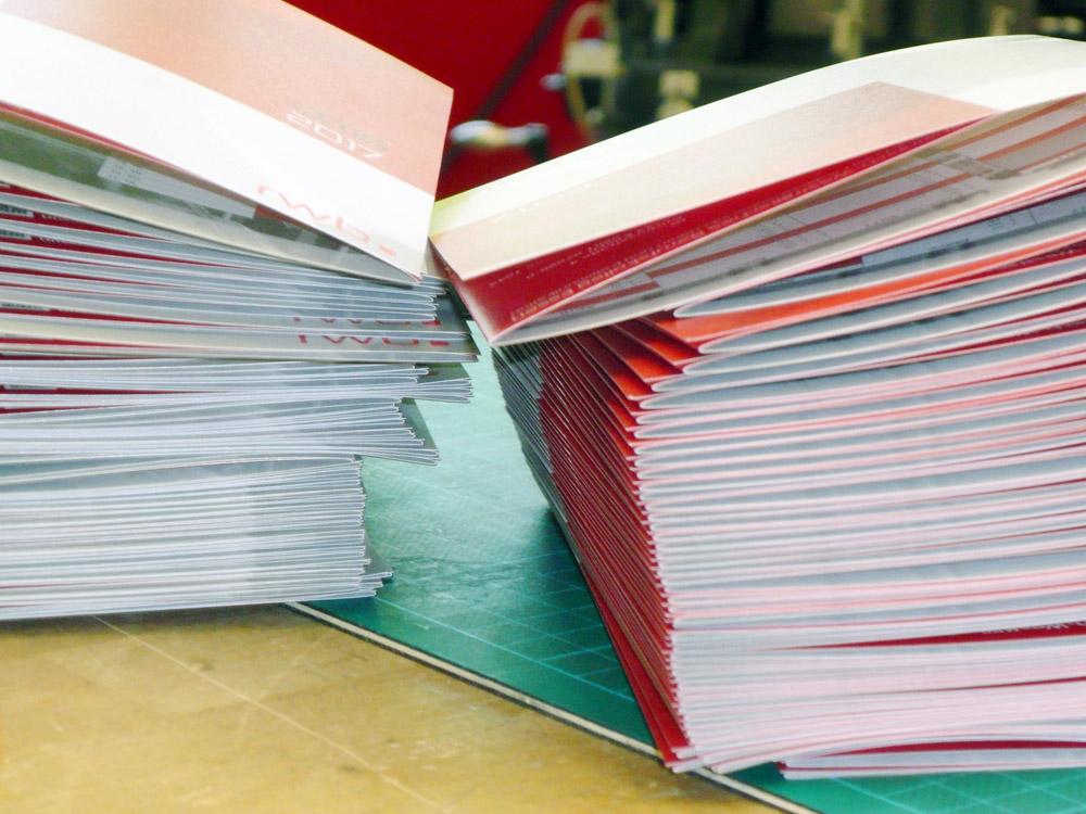 Medientechnologe Druckverarbeitung - Die fertigen Kalender werden kontrolliert und abgezählt.