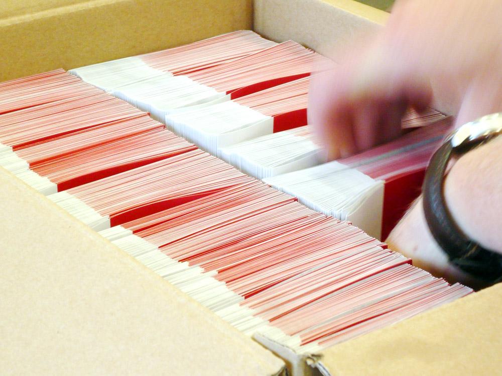 Medientechnologe Druckverarbeitung- Die fertigen Kalender  werden in Kartons verpackt.