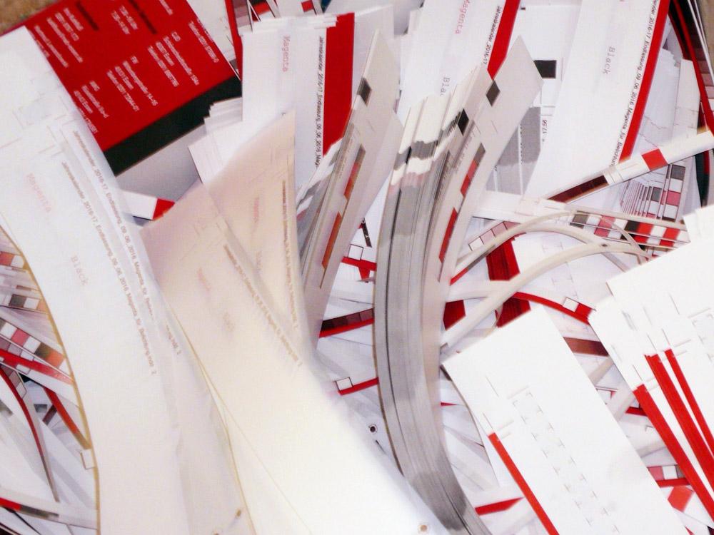 Medientechnologe Druckverarbeitung -  Der Beschnitt wird entsorgt.