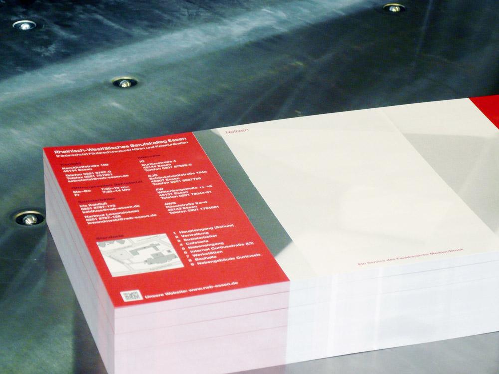 Medientechnologe Druckverarbeitung - Die Bogen sind fertig beschnitten und können gefalzt werden.