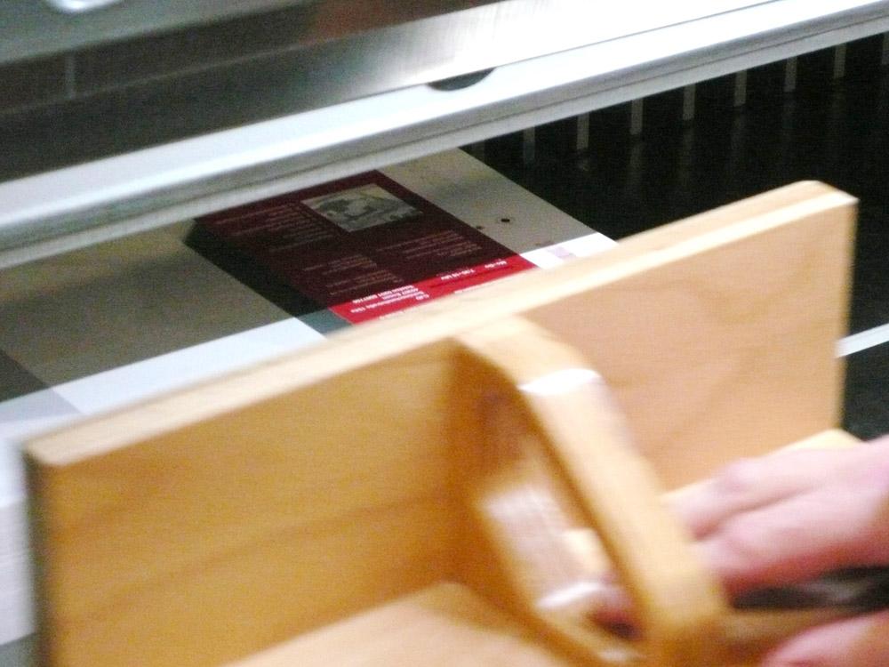 Medientechnologe Druckverarbeitung -  Die Bogen müssen beim Schneiden exakt übereinander liegen.