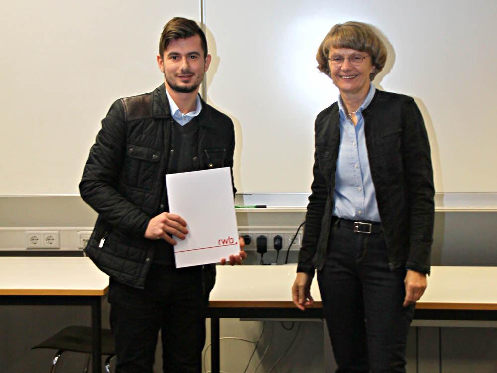 RWB Essen - Abschlussfeier Metall im November - Sinan Amet-Hassan, zukünftiger KFZ-Mechatroniker mit Schulleiterin Heidemarie Kleinöder
