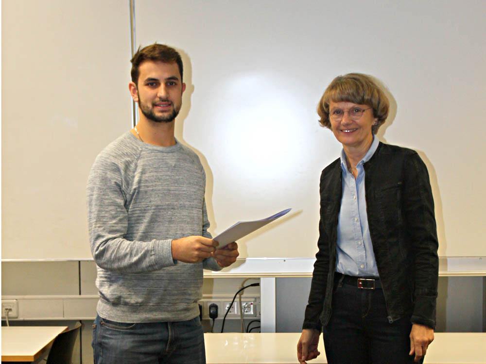 RWB Essen - Abschlussfeier Metall im November - Lucas Thiele, zukünftiger Anlagenmechaniker SHK mit Schulleiterin Heidemarie Kleinöder