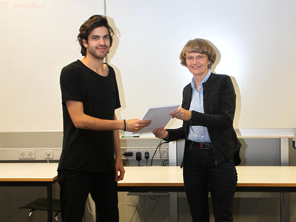 RWB Essen - Abschlussfeier Metall im November - Renato Vogt, zukünftiger Industriemechaniker mit Schulleiterin Heidemarie Kleinöder