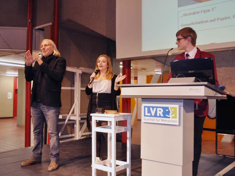 RWB Essen - Kunstauktion 2016 - Der Gebärdendolmetscher unterstützt das Auktionsteam