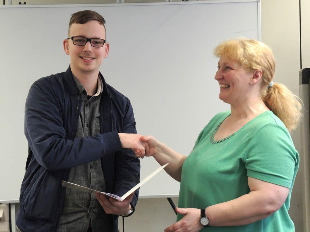 RWB Essen - Abschlussfeier Metall/Elektro 2017 - Dennis Haske mit Andrea Kaiser stellvertretend für die Klassenlehrerin Bärbel Cleve