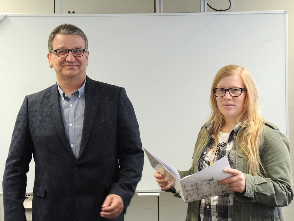 RWB Essen - Abschlussfeier Metall/Elektro 2017  - Katharina Salomon mit dem stellvertretenden Schulleiter Franjo Görgen