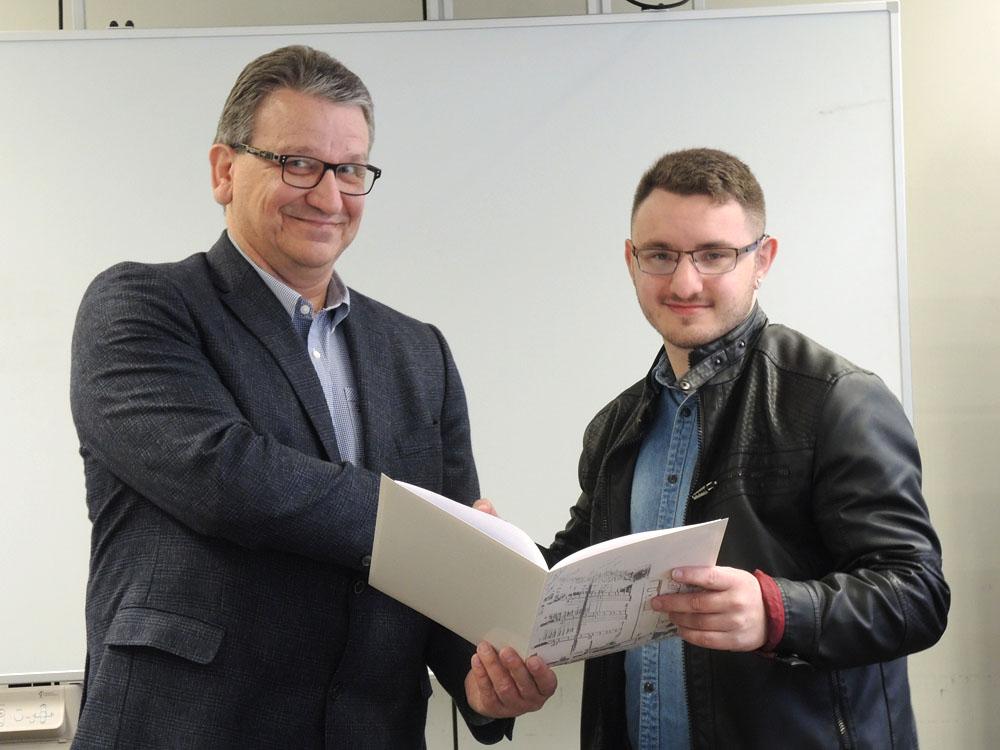 RWB Essen - Abschlussfeier Metall/Elektro 2017 - Nicklas Schwarzkamp mit dem Stellvertretenden Schulleiter Franjo Görgen