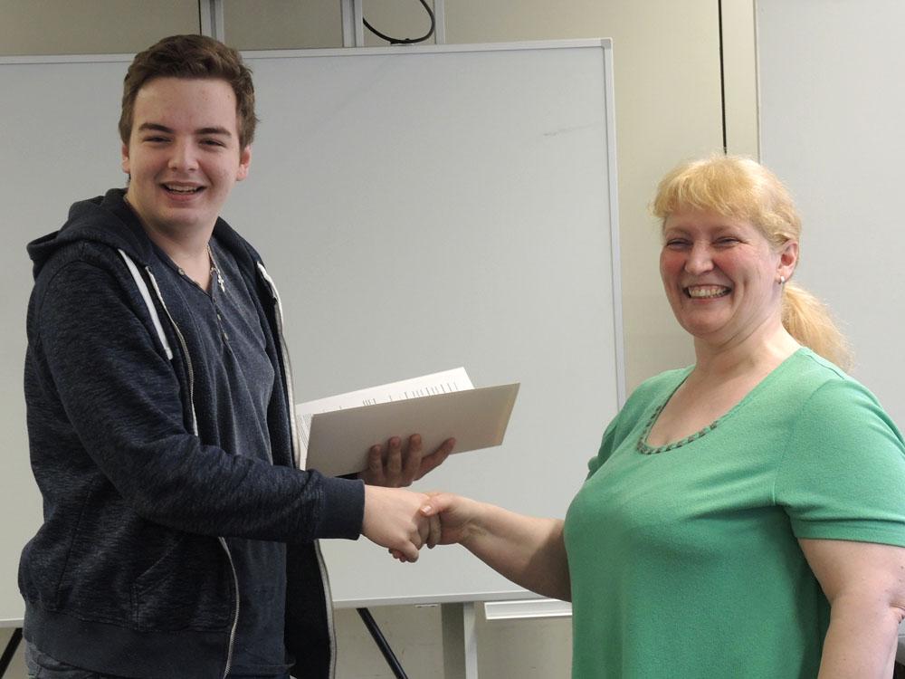 RWB Essen - Abschlussfeier Metall/Elektro 2017 - Alexander Danneker mit Andrea Kaiser stellvertretend für die Klassenlehrerin Bärbel Cleve
