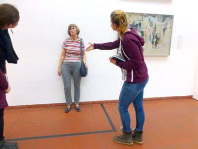 RWB Essen -  Besuch des Museums Ludwig Köln - Schülerinnen und Schüler skizzieren ein Kunstobjekt