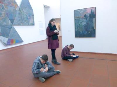 RWB Essen -  Besuch des Museums Ludwig Köln - Schülerinnen und Schüler skizzieren die Gemälde