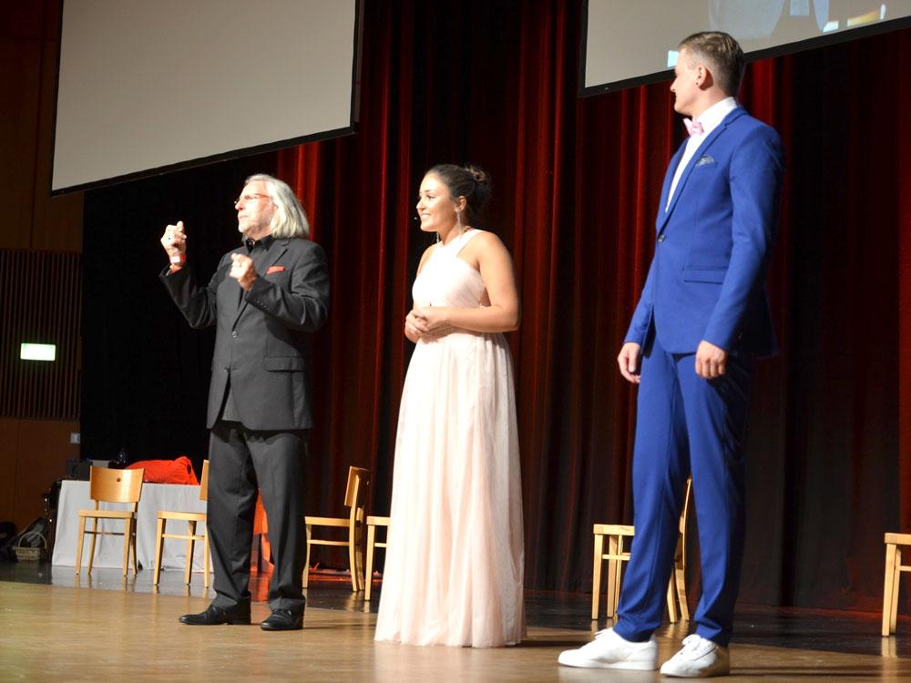 RWB Essen - Abiturfeier 2017 - Das Moderatoren-Team mit Dolmetscher