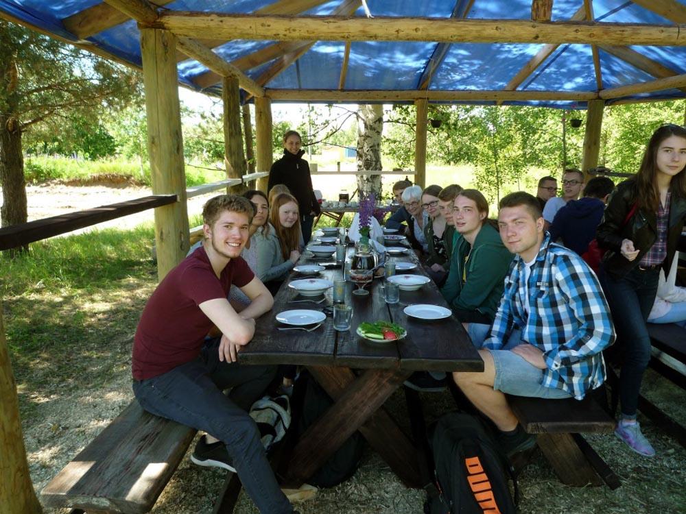 RWB Essen - Studienfahrt nach Russland - ein gedeckter Tisch im Bauerndorf