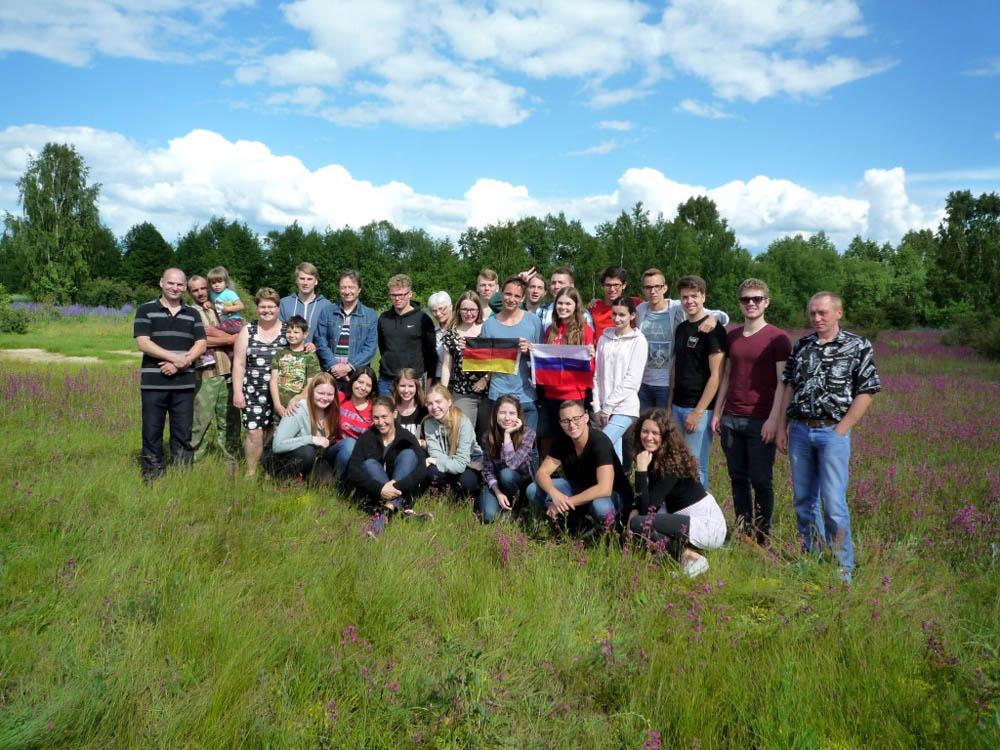 RWB Essen - Studienfahrt nach Russland - Gruppenfoto im Bauerndorf