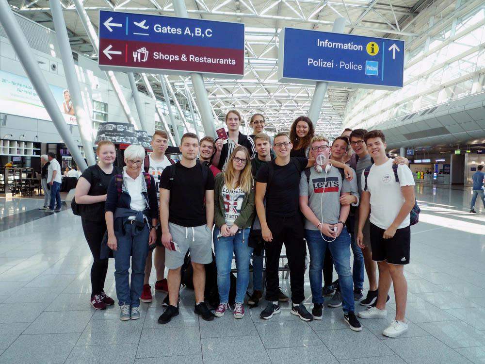 RWB Essen - Studienfahrt nach Russland - Vor dem Hinflug im Düsseldorfer Flughafen