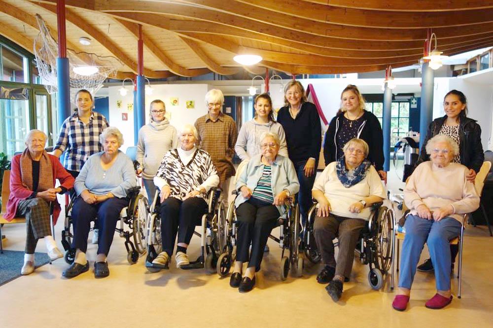 RWB Essen - Besuch im Seniorenheim - Gruppenbild mit den Auszubildenden, Lehrerinnen und den Seniorinnen