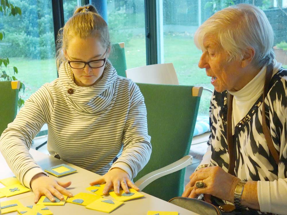 RWB Essen - Besuch im Seniorenheim - Auszubildende und Seniorinnen spielen gemeinsam