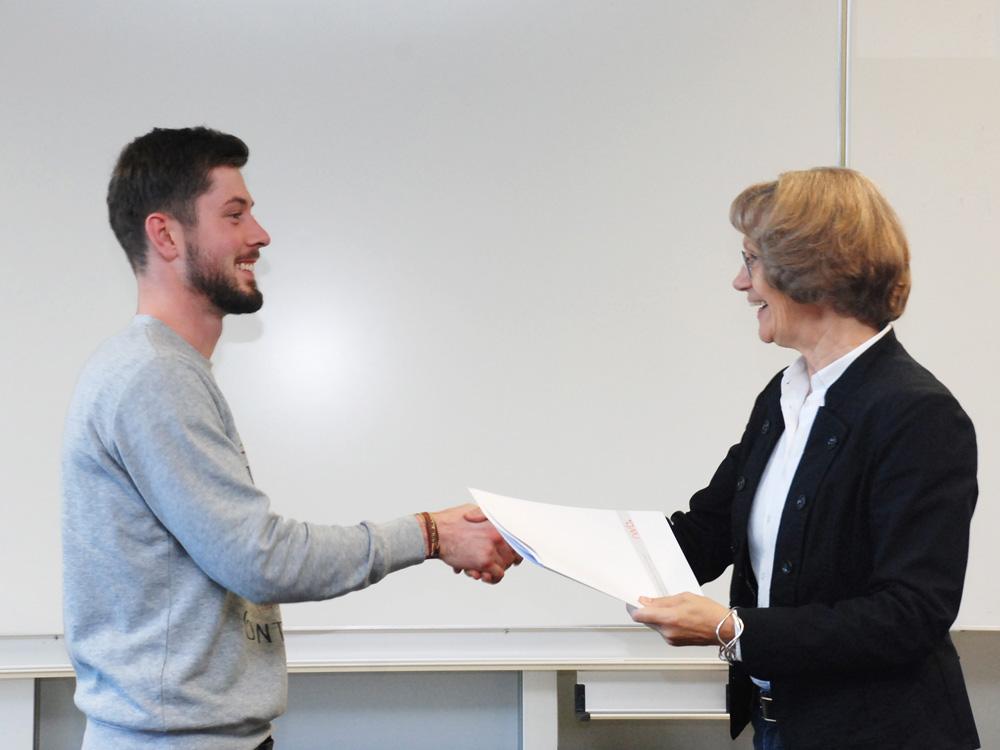 Schulleiterin Heidemarie Kleinöder mit Christoph Hoffmann, Anlagenmechaniker SHK