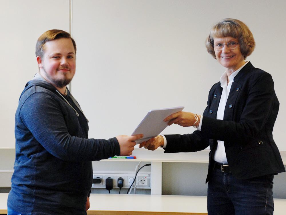 Schulleiterin Heidemarie Kleinöder mit Tim Merz, Industriemechaniker