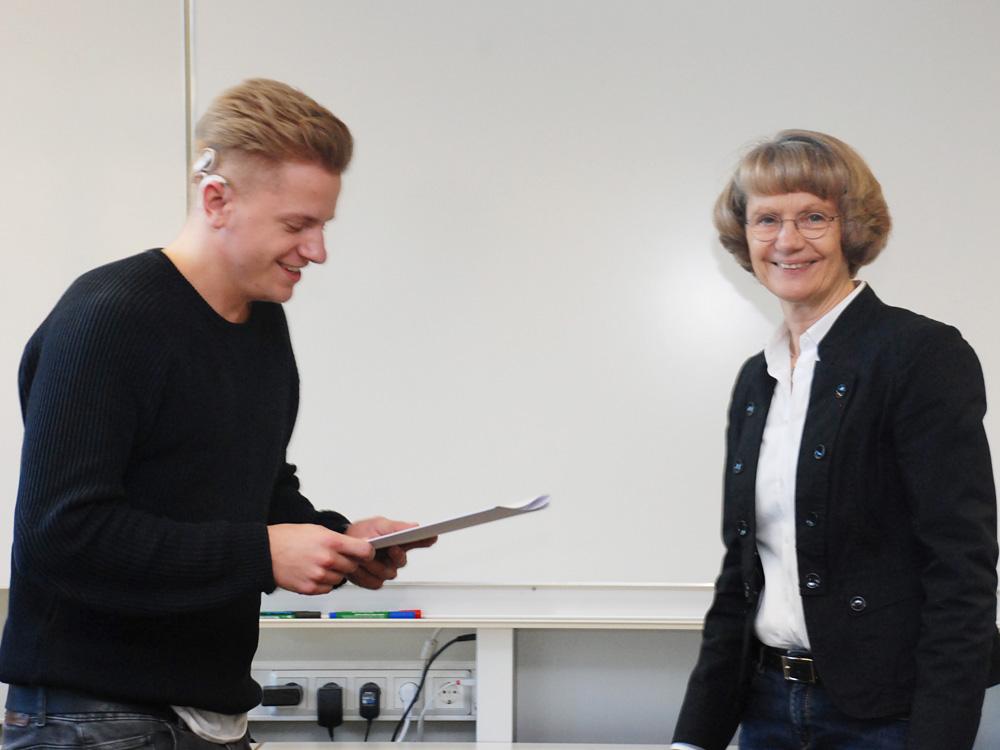 Schulleiterin Heidemarie Kleinöder mit Max Ketteler, Industriemechaniker