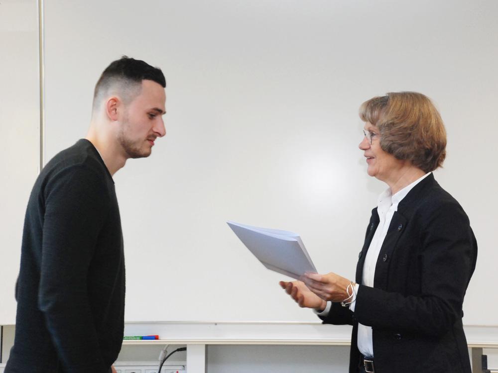 Schulleiterin Heidemarie Kleinöder mit Brian Benedi-Periche, Industriemechaniker