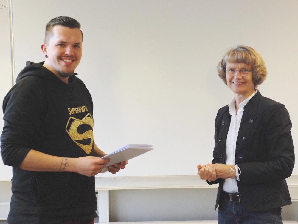 Schulleiterin Heidemarie Kleinöder mit Kevin Brüning, Feinwerkmechaniker