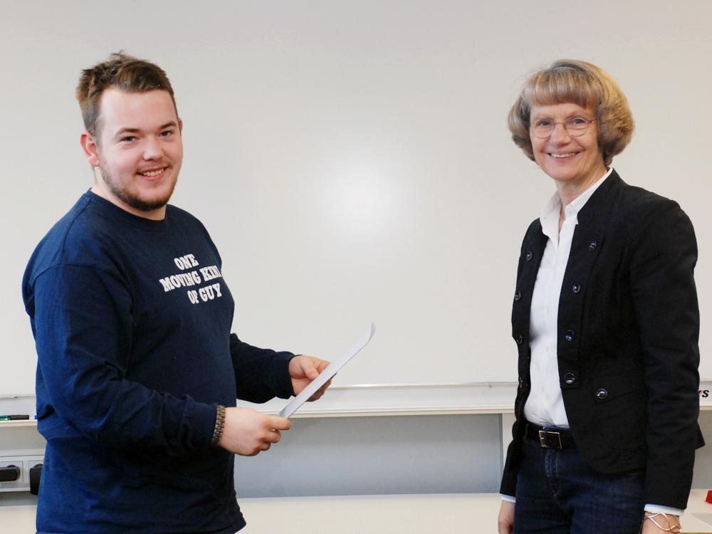 Schulleiterin Heidemarie Kleinöder mit Marc Wieland, Fachpraktiker Metallbau