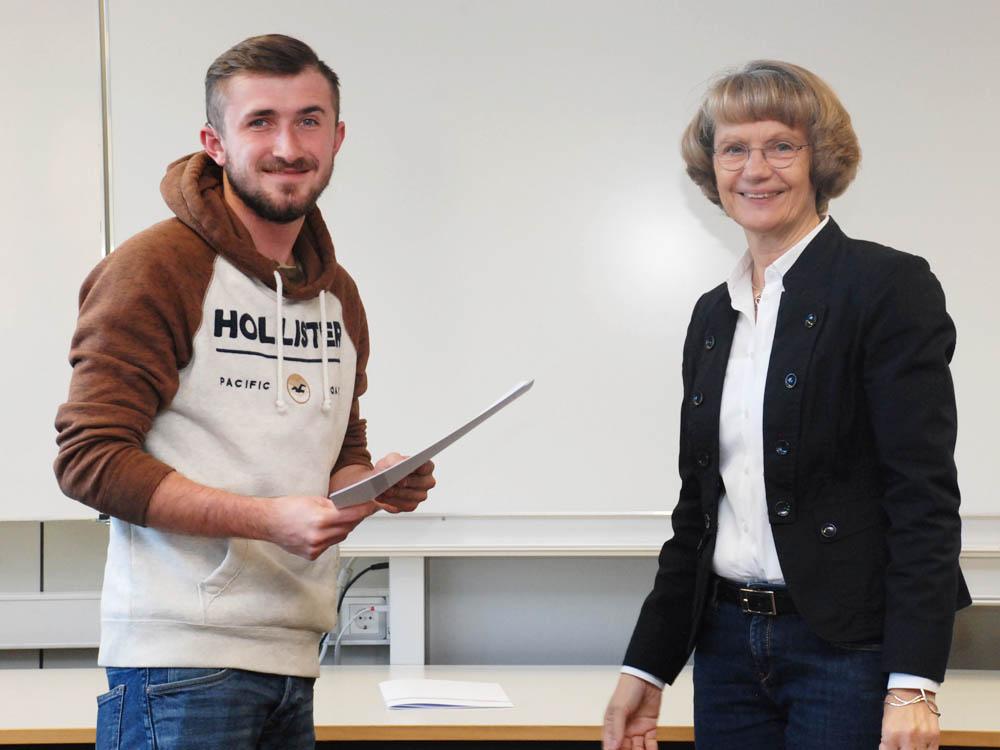 Schulleiterin Heidemarie Kleinöder mit Tim Reumschüssel, Konstruktionsmechaniker