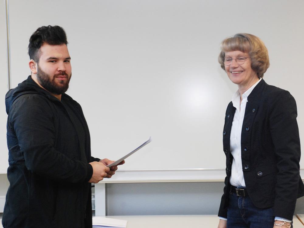Schulleiterin Heidemarie Kleinöder mit Emre Celik, Metallbauer