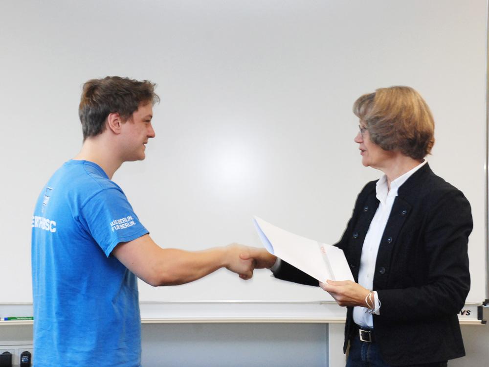 Schulleiterin Heidemarie Kleinöder mit Lukas Broscheit, Anlagenmechaniker SHK