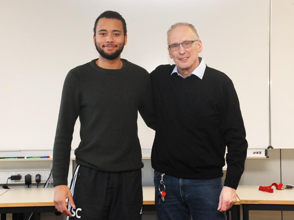 Klassenlehrer Heinrich Ackermann mit Samory Coulibaly, Energieelektroniker FR Energie- und Gebäudetechnik