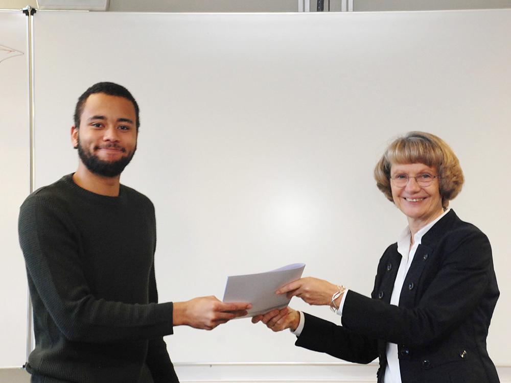 Schulleiterin Heidemarie Kleinöder mit Samory Coulibaly, Energieelektroniker FR Gebäude- und Energietechnik