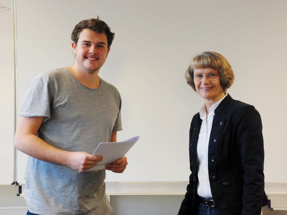 Schulleiterin Heidemarie Kleinöder mit Eric Niekamp, Industriemechaniker