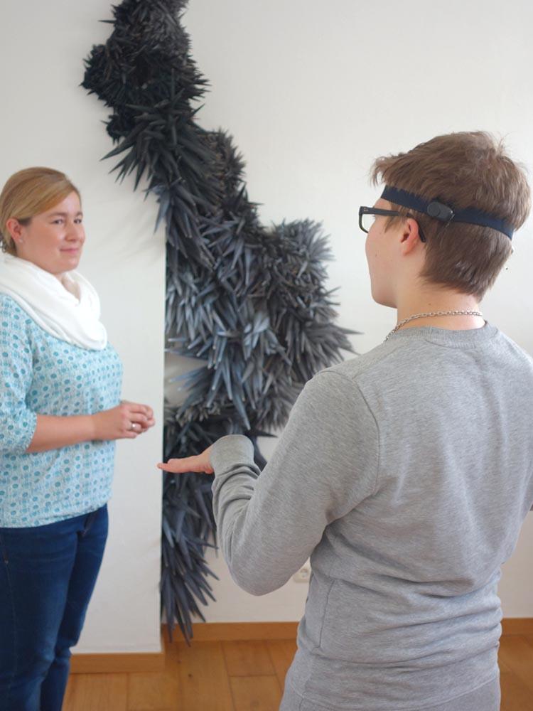 RWB Essen - Besuch des Textilmuseums in Gelsenkirchen - Schüler im Dialog mit der Museumspädagogin