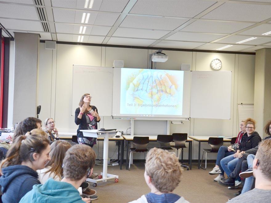 RWB Essen - Gl-Projekttag der 13er - Frau Bartz erklärt den Ablauf des Projekttages