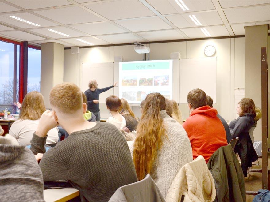 RWB Essen - Gl-Projekttag der 13er - Vortrag von Herrn Herre