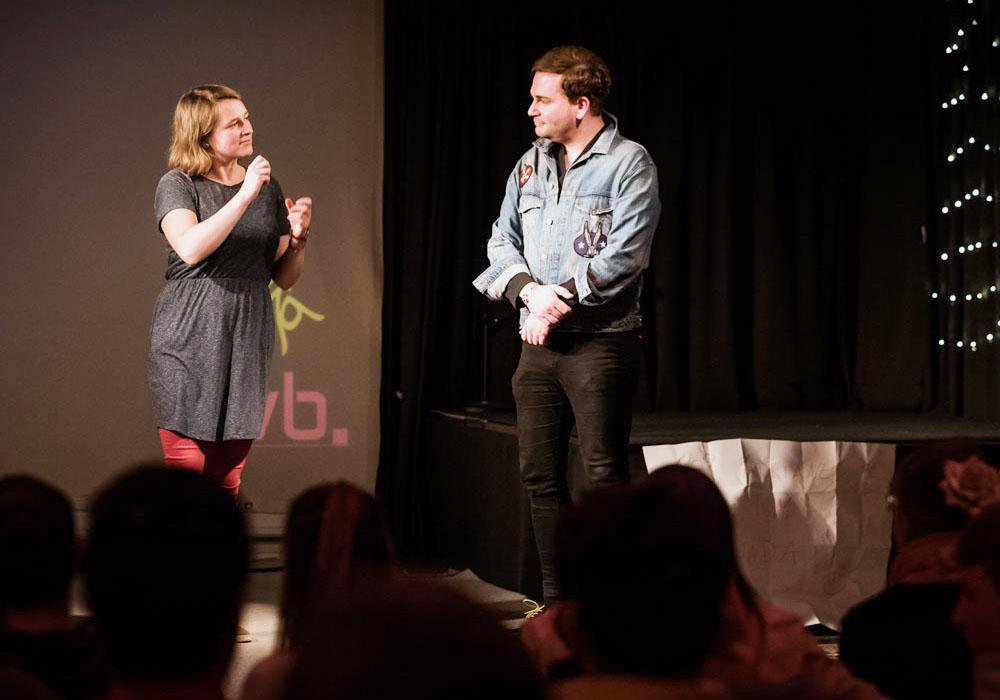 RWB Essen - Deaf Slam IV - Moderatorin Simone mit Rafael