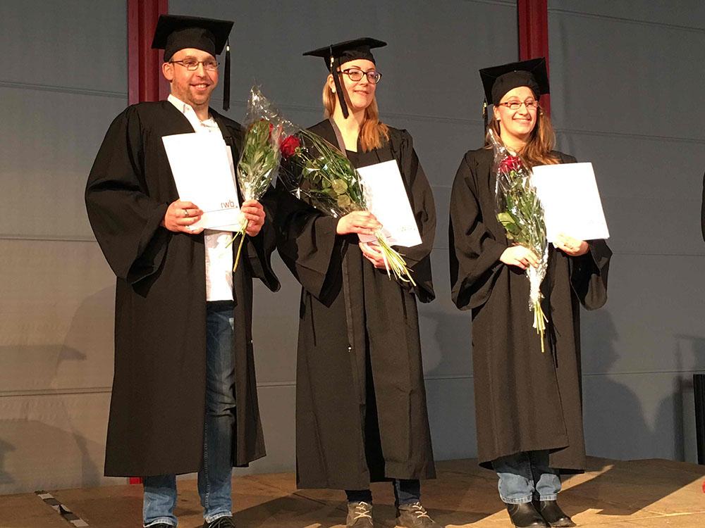 RWB Essen - Verabschiedung der staatlich geprüften Betriebswirte aus der Virtuellen Fachschule - Gruppenbild der beiden Absolventinnen und des Absolventen