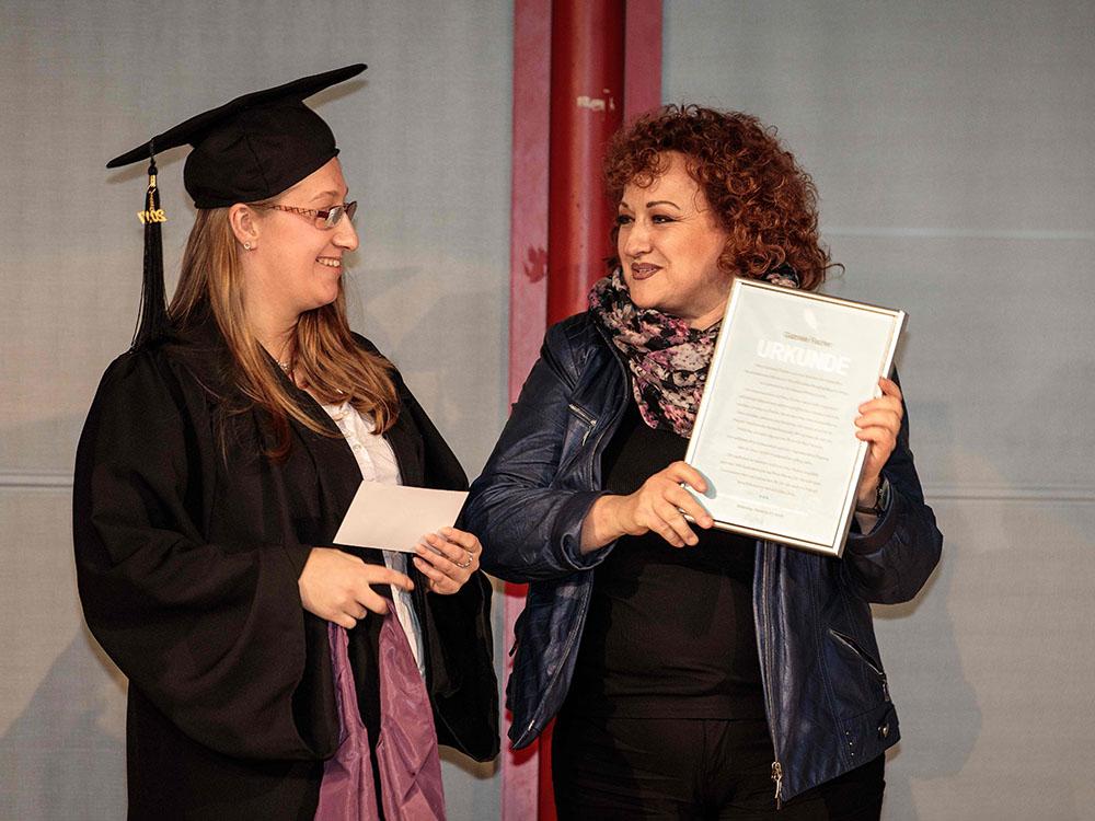 RWB Essen - Verabschiedung der staatlich geprüften Betriebswirte aus der Virtuellen Fachschule - Absolventin Marie Hoppe mit Frau Fischer