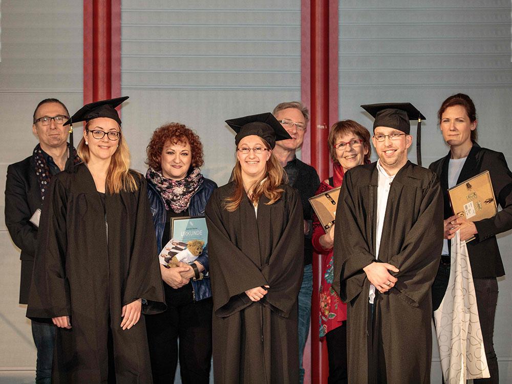 RWB Essen - Verabschiedung der staatlich geprüften Betriebswirte aus der Virtuellen Fachschule - Gruppenbild der Lehrerinnen und Lehrer und der Absolventinnen und des Absolventen