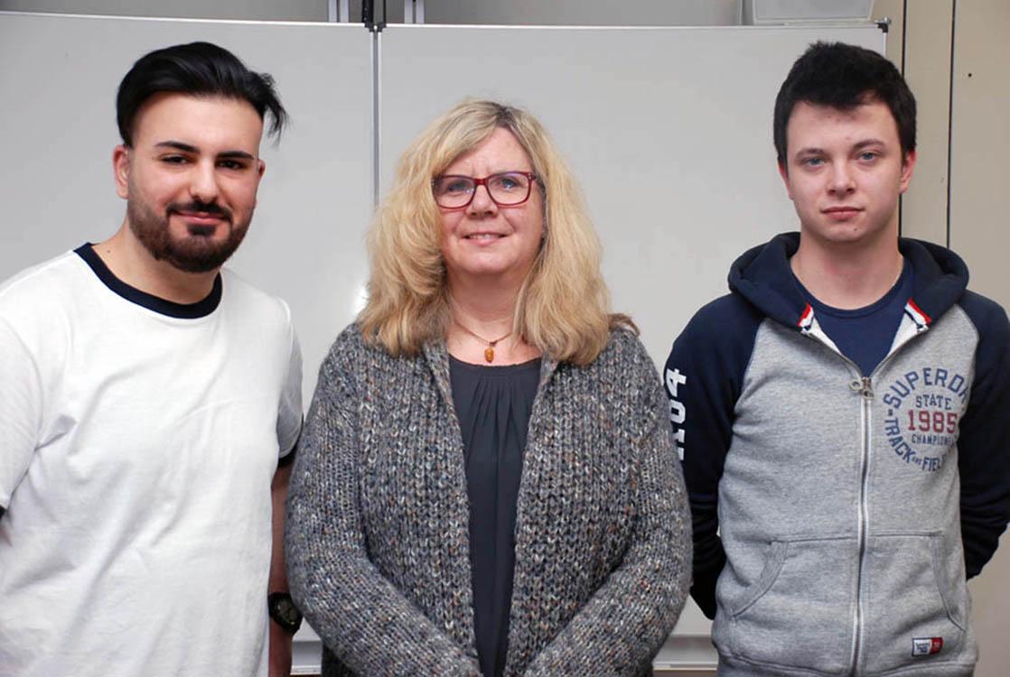 Die Absolventen der 2-jährigen Metallberufe (v.l.n.r.) Erensoy Demir und Mark Sikora mit Klassenlehrerin Bärbel Cleve (Mitte).