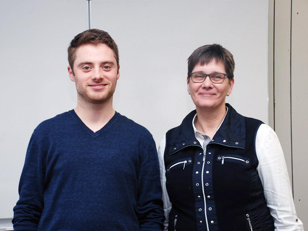 Fachbereich IT: Absolvent Jannik Schütz mit Klassenlehrerin Susanne Oberdörster.